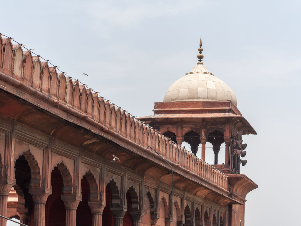 jama masjid The architecturally impressive jama masjid stands proudly on a plinth in the  heart of an energetic and traditional bazaar take time to admire the exquisite.